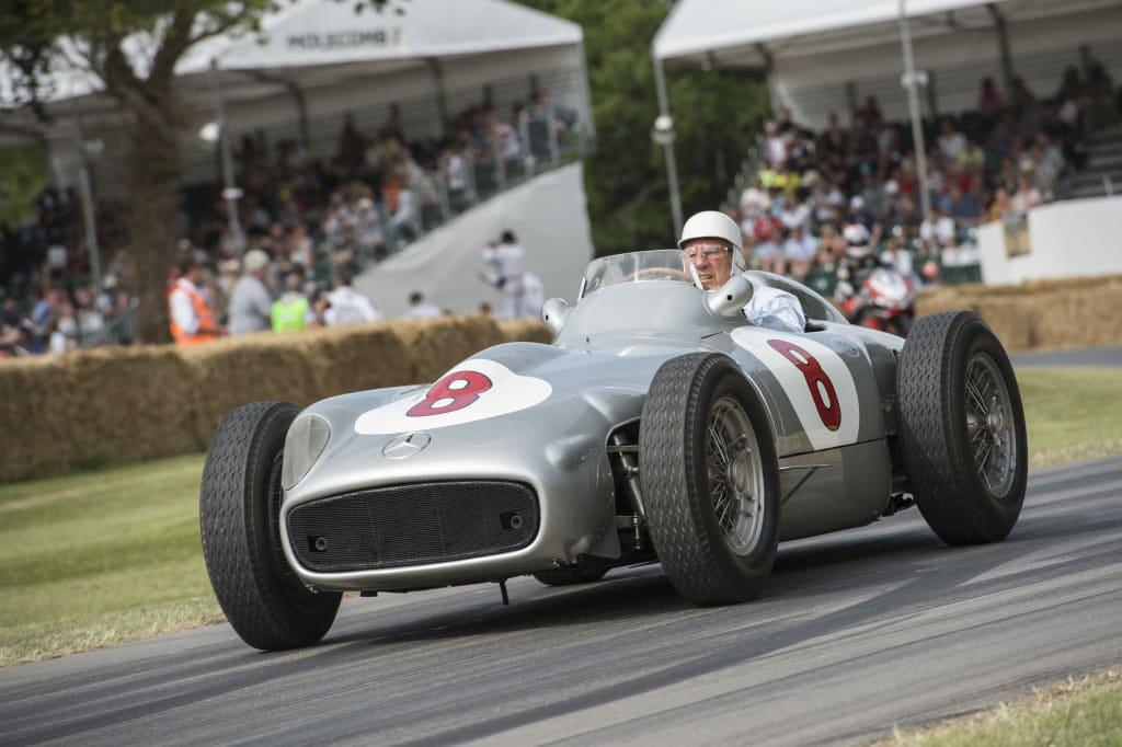 Sir Stirling Moss im Mercedes-Benz Silberpfeil beim Goodwood Festival of Speed 2015.